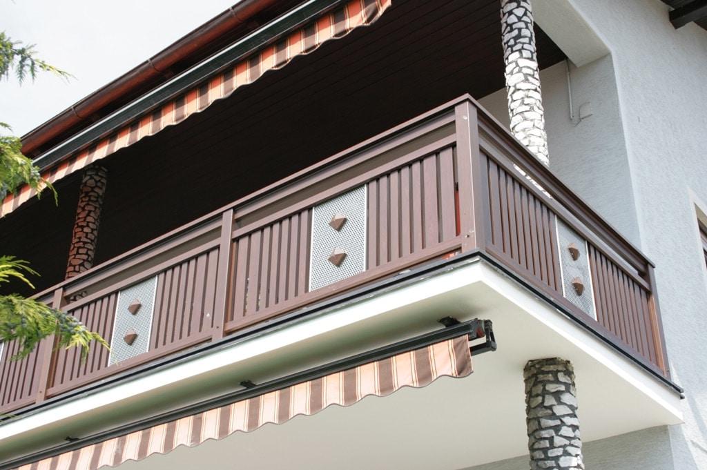 Krieglach 04 H c | Aluminium-Balkon mit senkrechten Latten und Edelstahl-Lochblech mittig | Svoboda