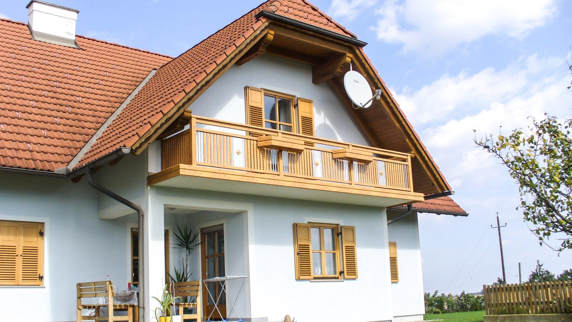 Krieglach 05 H a | Kiefer-Holz-Balkongeländer aus Aluminium-Latten beschichtet & Lochblech | Svoboda