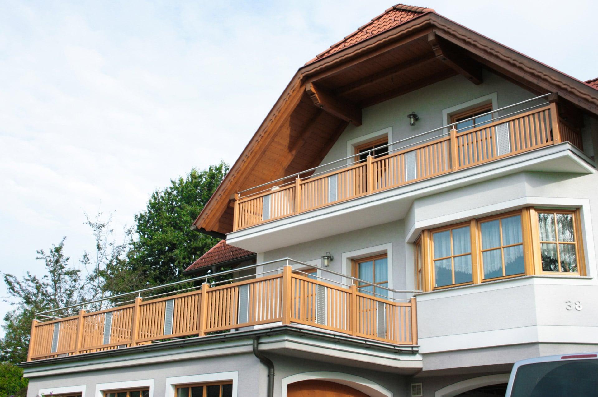 Krieglach 07 H | Aluminium-Balkon Hellbraun mit Edelstahl-Handlauf und Lochblech mittig | Svoboda