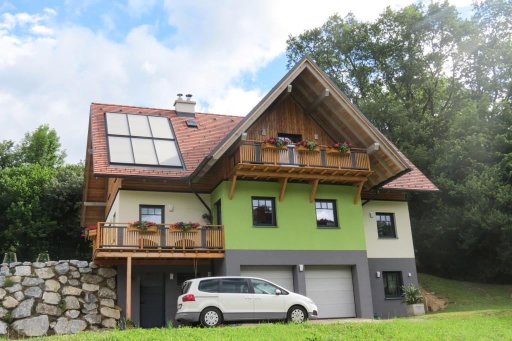 Krieglach 10 H a | Aluminium-Balkon braun-grau, senkrechte Latten, Lochblech, Blumenkisten | Svoboda