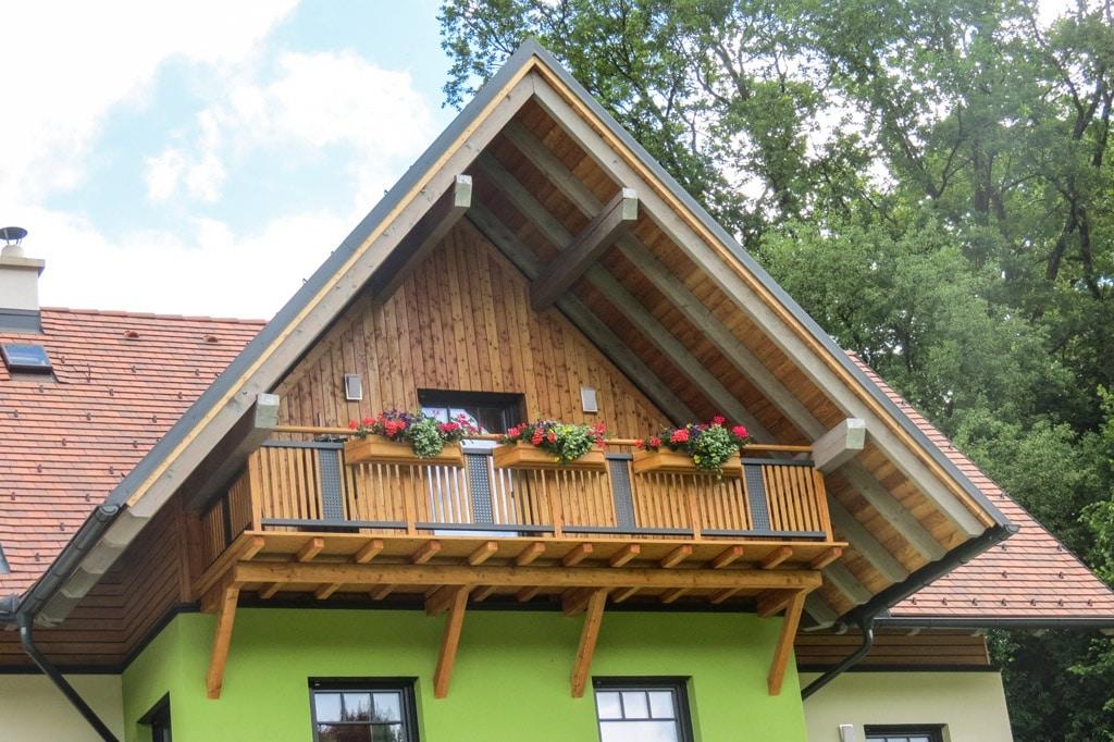 Krieglach 11 H b | Holz-Optik-Latten-Balkon und Lochblech grau bei Holz-Giebelverschalung | Svoboda