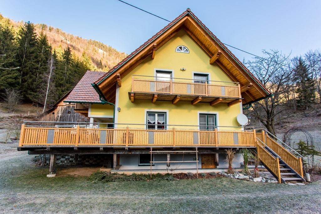 Krieglach 11 H b | Alu-Geländer bei Terrasse, Latten vertikal, Nirosta-Handlauf, Lochblech | Svoboda
