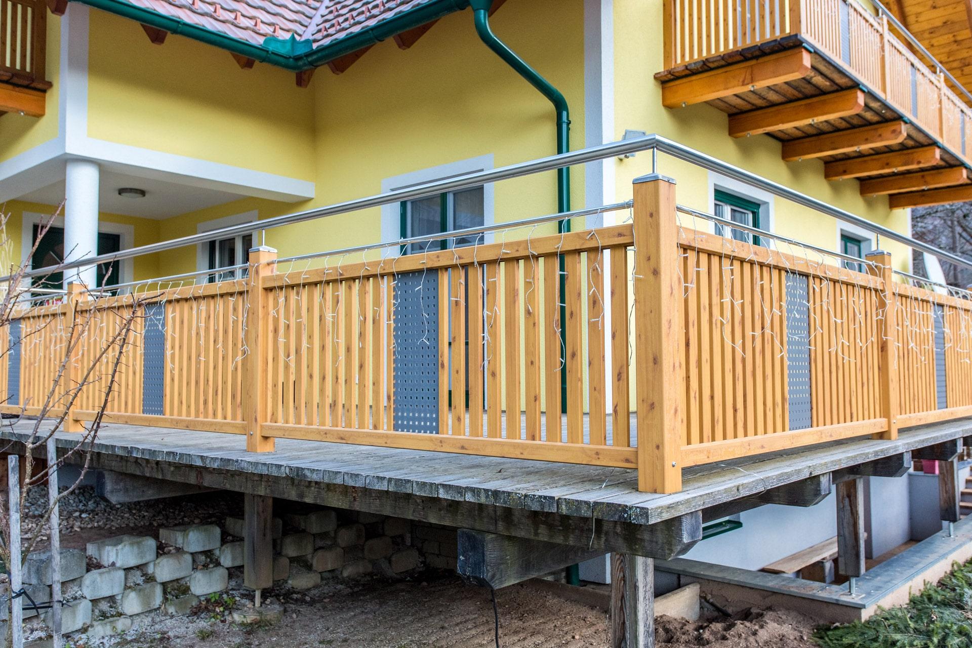 Krieglach 11 H c | Alu-Holzbeschichtung Kiefer bei Geländer aufgesetzt auf Boden montiert | Svoboda