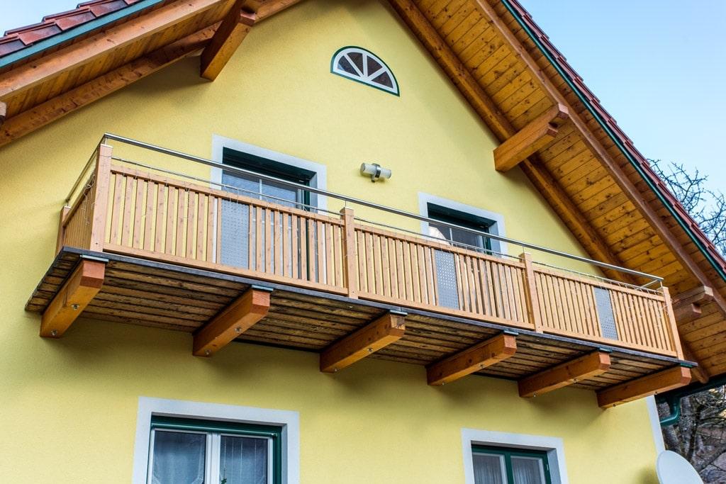 Krieglach 11 H d | Aluminium Balkon aufgesetzt, Kiefer -Look Latten vertikal, Nirohandlauf | Svoboda