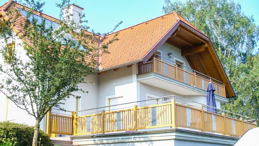 Krieglach 12 H b | Alu Geländer hellbraun mit Edelstahl-Handlauf & Lochblech bei Terrasse | Svoboda