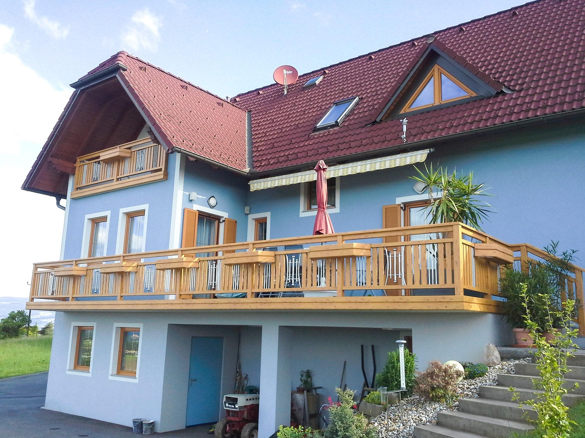 Kufstein 01 H   Außengeländer bei Terrasse aus Aluminium in Holz-Optik mit Edelstahldekor   Svoboda
