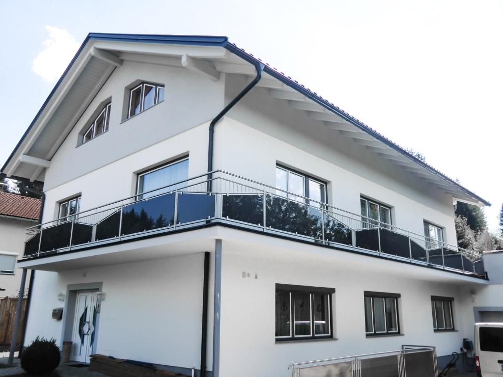 Leipzig 23 a | Edelstahl-Außengeländer bei Balkon mit Glas schwarz, Niro-Stäbe im Dreieck | Svoboda