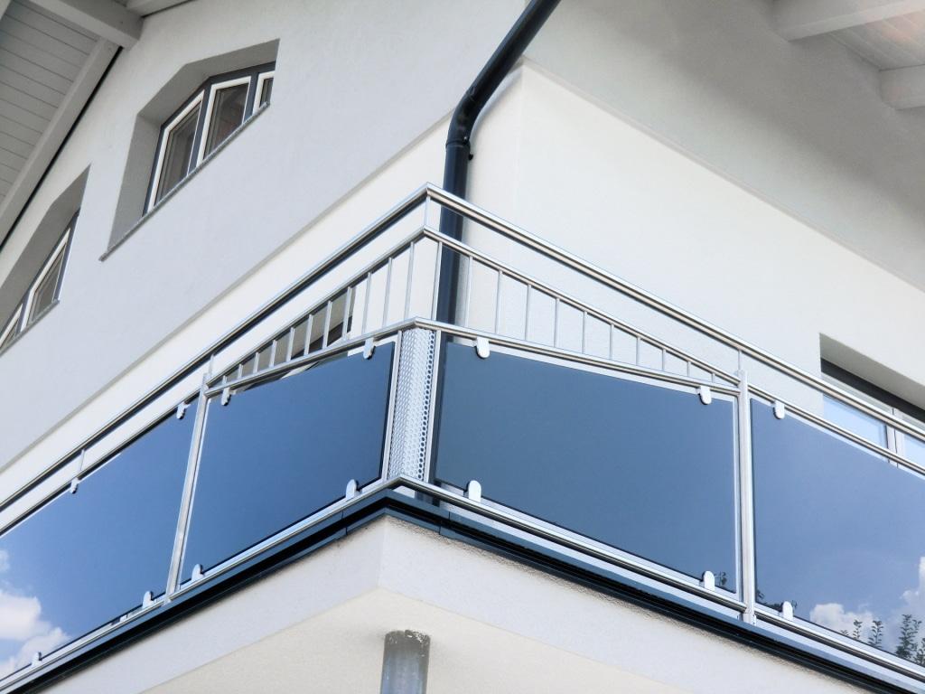 Leipzig 23 b | geknicktes Nirosta-Balkon-Eckfeld ohne Ecksteher, Lochblech, Stäbe, Glas | Svoboda