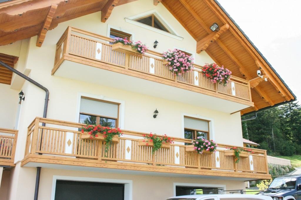 Lustenau 01 H a | Alu-Latten-Balkon vertikal, Aufsatzmontage, Alu-Blende, Alu-Blumenkasten | Svoboda