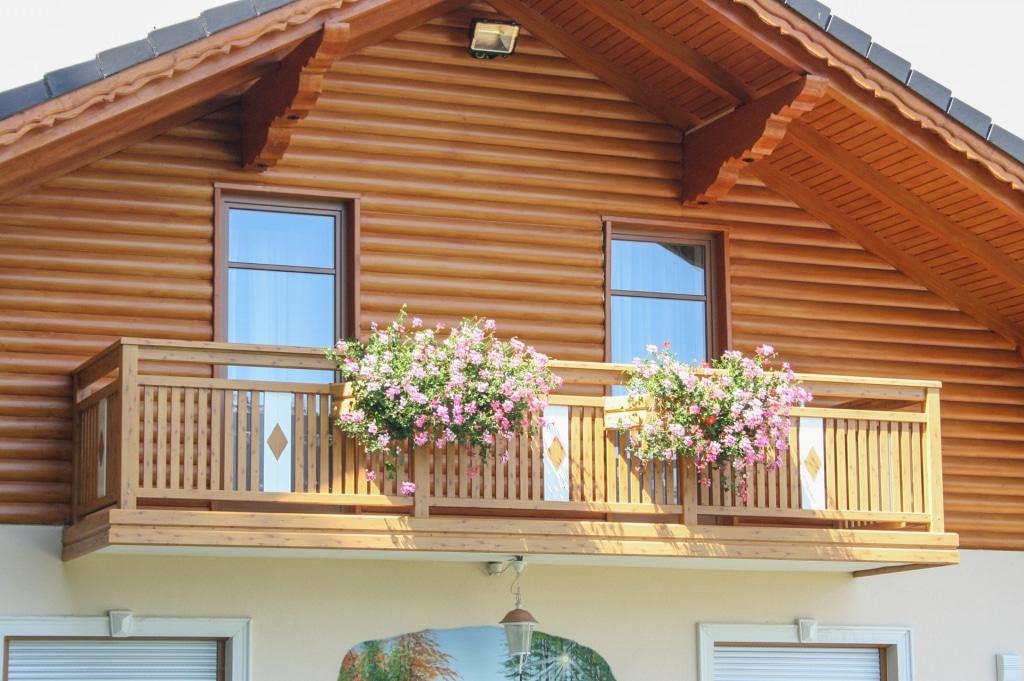 Lustenau 01 H c | Latten-Balkon aus Alu mit Holz-Optik bei Haus mit Holz-Giebelverkleidung | Svoboda