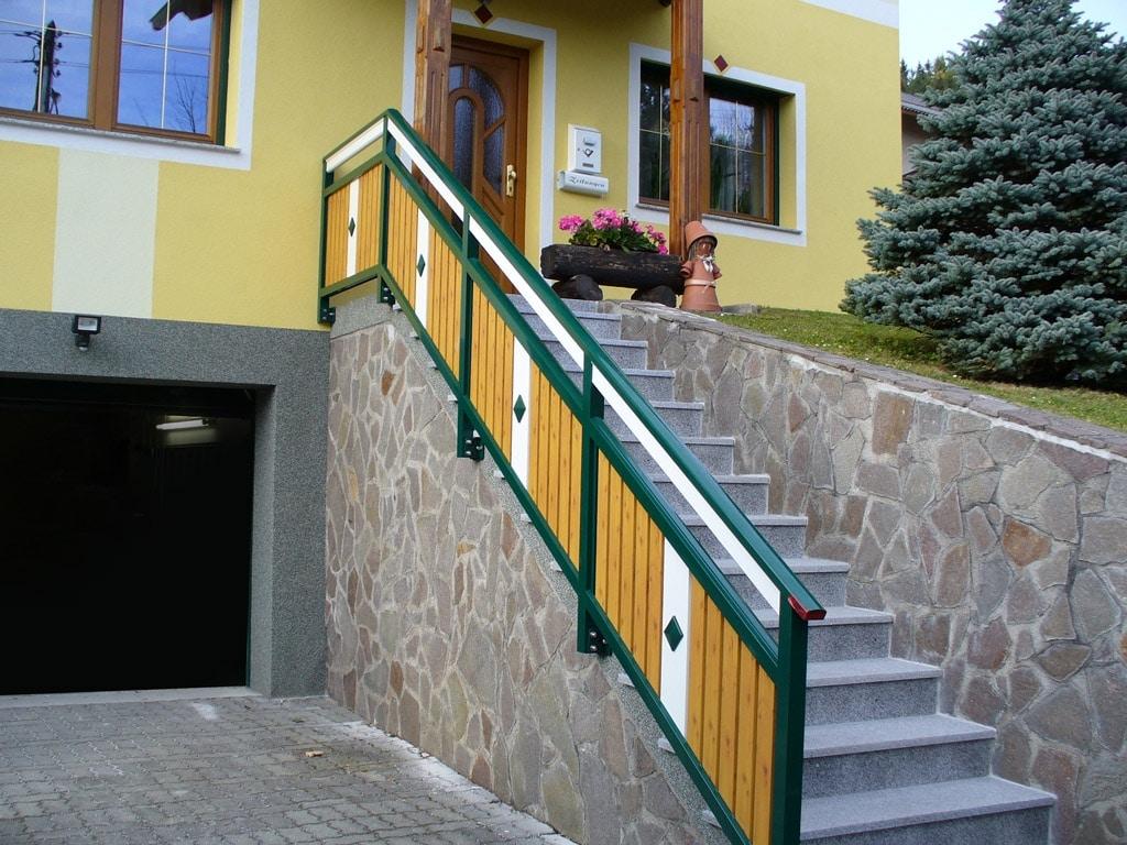 Lustenau 07 H b   Alu-Stiegengeländer bei Außenstiege, Kiefer, Moosgrün, Weiß, stirnseitig   Svoboda