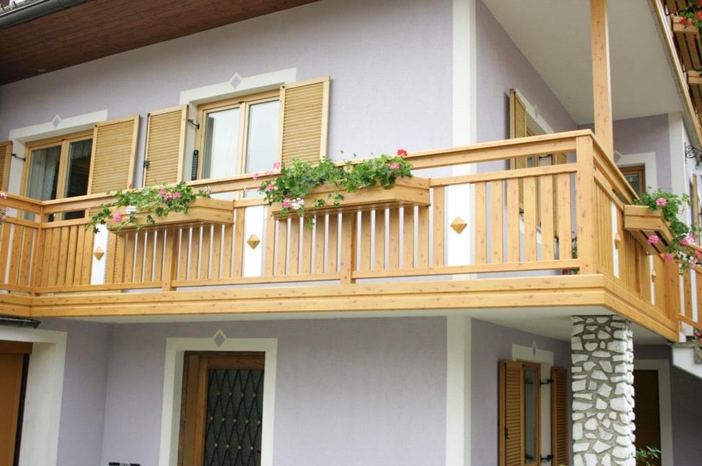 Lustenau 08 H b   Balkon mit Blumenkisten auf Bodenplatte aufgesetzt mit Alu-Verblendung   Svoboda