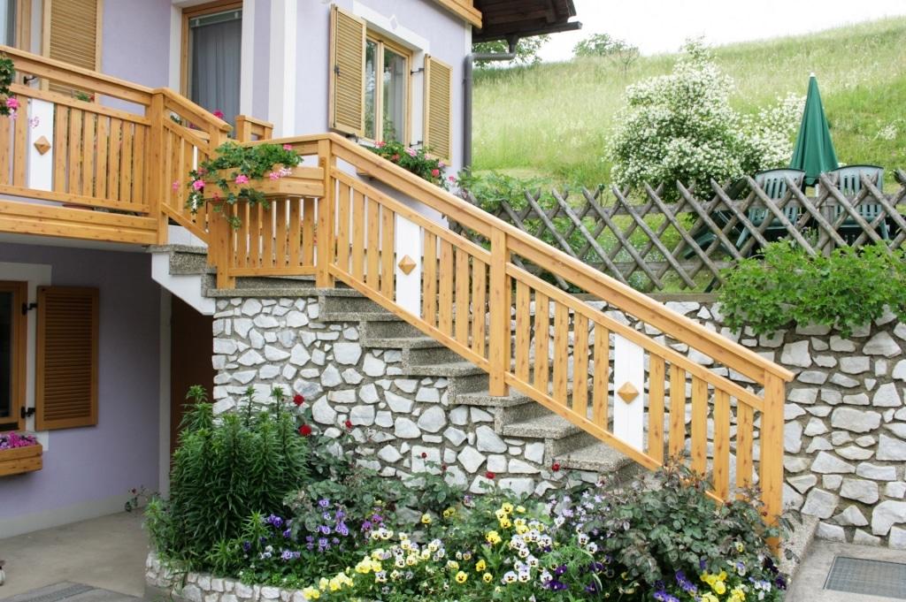 Lustenau 08 H c   Außenstiegengeländer auf Stufen, senkrechte Lattung Holz-Optik & weiß   Svoboda