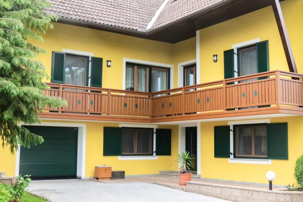 Lustenau 14 H | brauner Alu-Balkon mit vertikalen Latten und grüner Dekor-Raute aufgesetzt | Svoboda