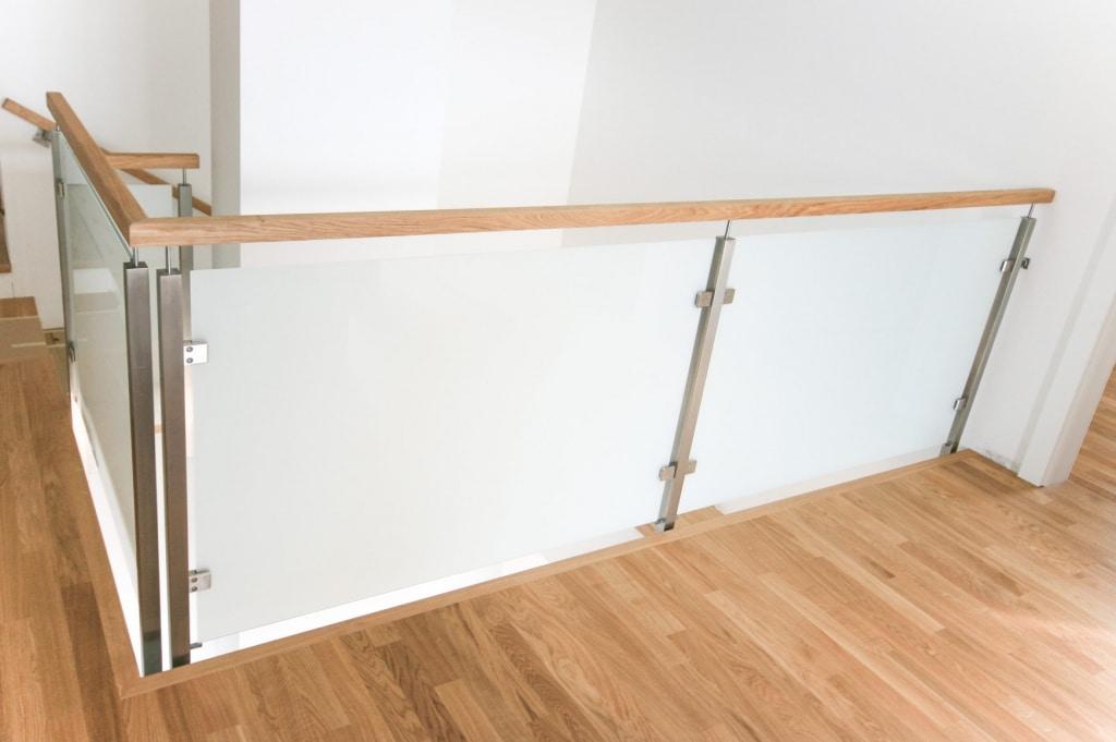 Mailand 05 a | Innengeländer modern, eckige Edelstahlsteher & Holzhandlauf, Mattglas | Svoboda