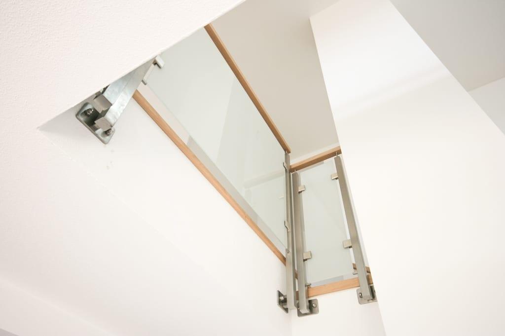 Mailand 05 b | Galerie Innengeländer, eckige Edelstahl-Steher & Holz-Handlauf, Mattglas | Svoboda