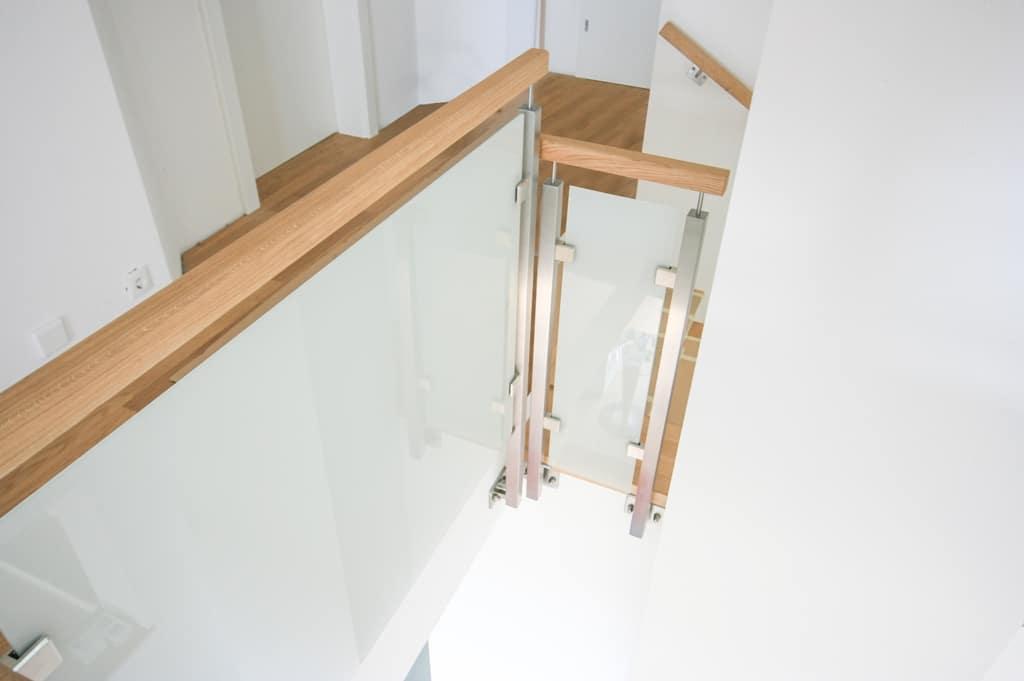 Mailand 05 c | Innengeländer modern, eckige Edelstahlsteher & Holzhandlauf, Mattglas | Svoboda