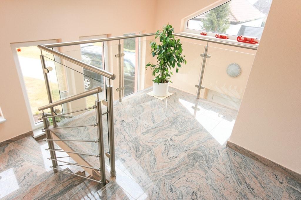 Mailand 06 b   Geländer Innen, Edelstahl mit Klar-Glas-Füllung auf Steinboden aufgesetzt   Svoboda