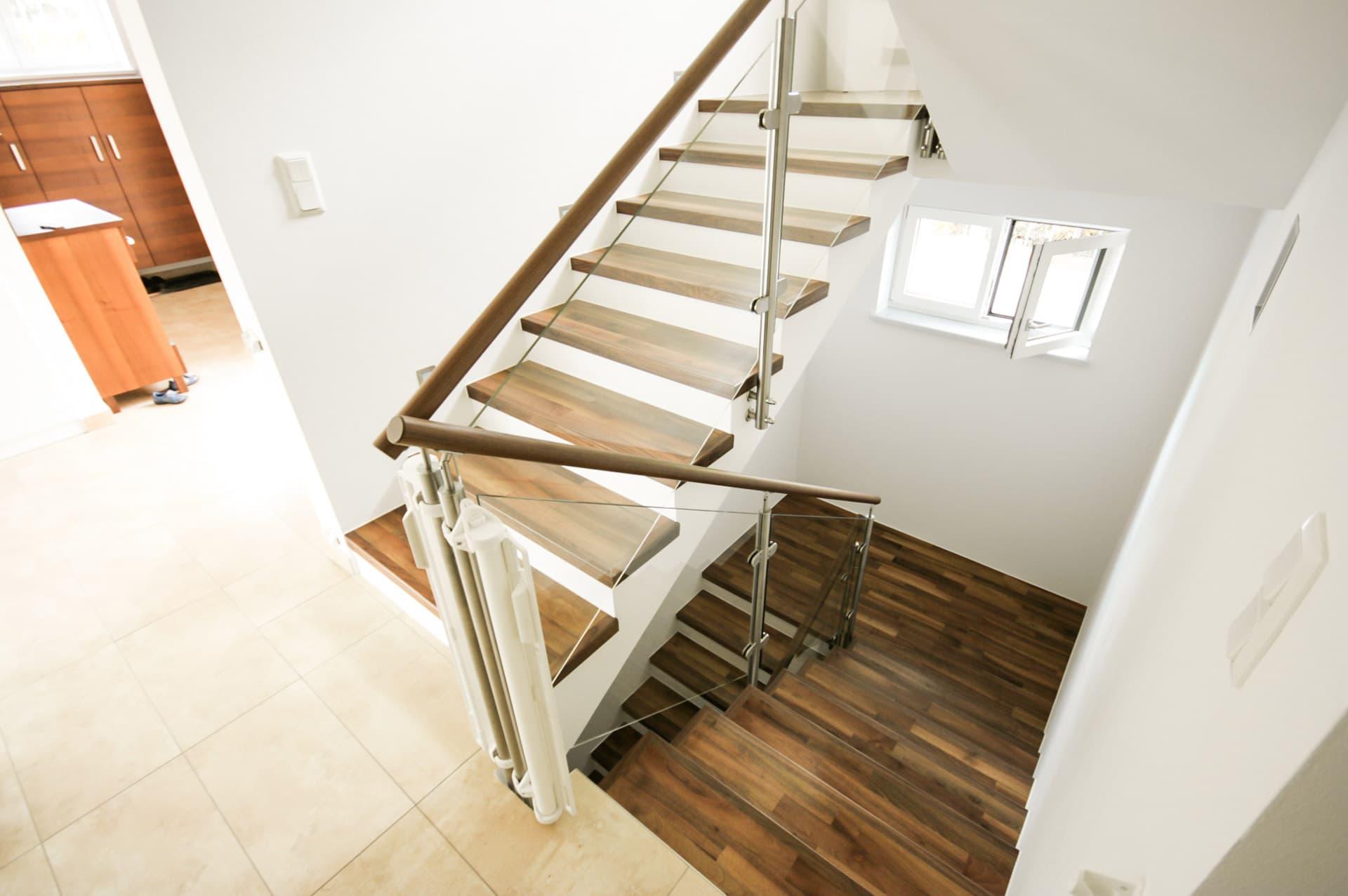Mailand 07 a | Treppengeländer, Edelstahl-Glas-Holz, seitlich hängend montiert | Svobodaac