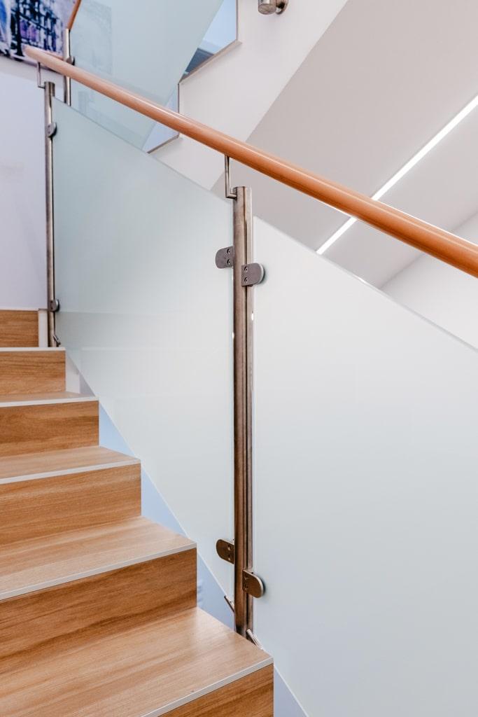Mailand 20 c | Innen-Treppengeländer, Mattglas-Füllung, Nirosta-Steher, Holzhandlauf | Svoboda