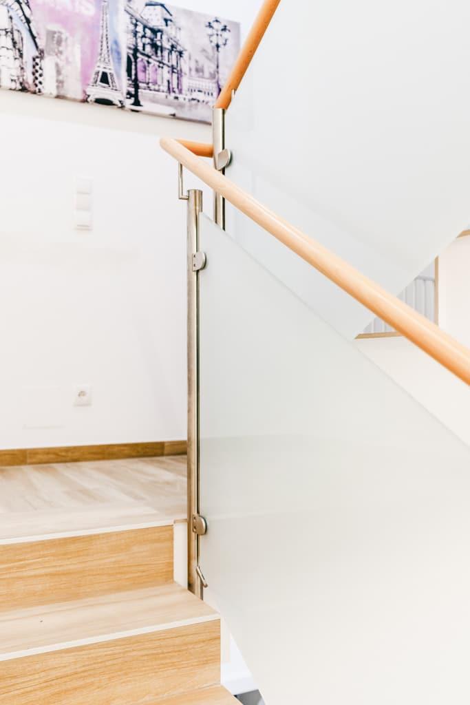 Mailand 20 d | Geländer im Stiegenhaus mit Mattglas, Edelstahlsteher, heller Holzhandlauf | Svoboda