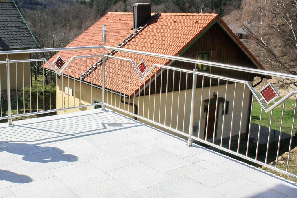Mannheim 02 c | Nirosta-Stab-Balkon mit rotem Lochblech-Dekor quadratisch, Aufsatzmontage | Svoboda