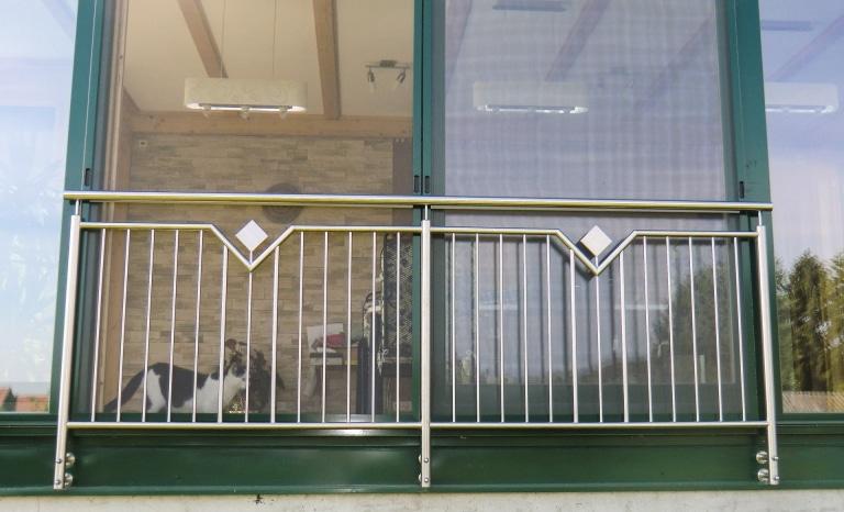 Mannheim 04 b | Französischer Balkon aus senkrechten Edelstahlstäben und Blech-Dekor | Svoboda