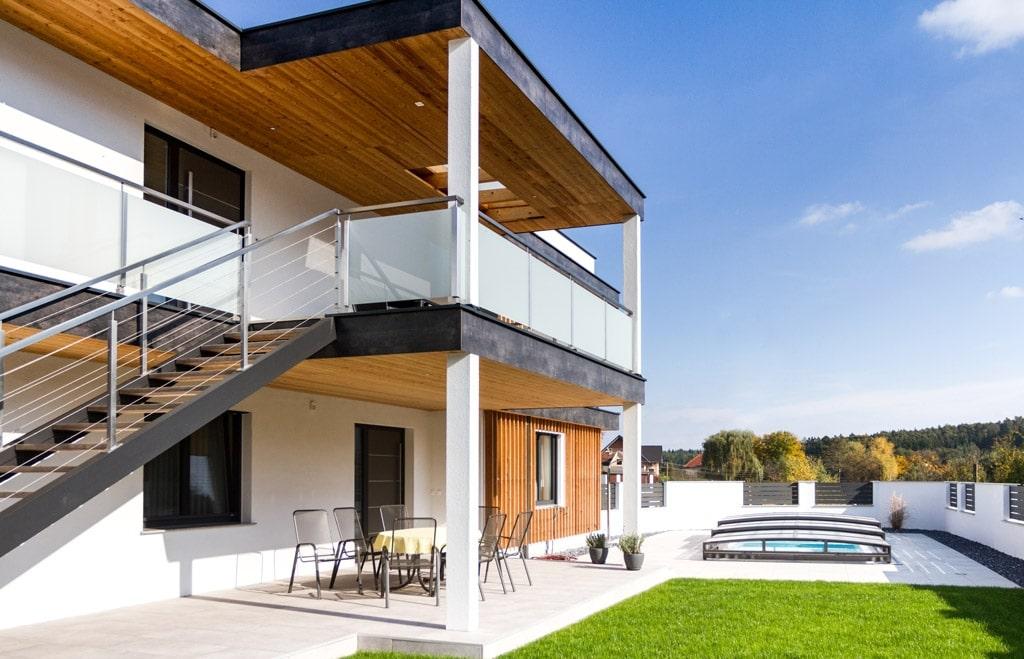 München 01 a | Niro-Geländer modern Glas & Seilen bei Balkon & Stiege eckig, Flachdachhaus | Svoboda