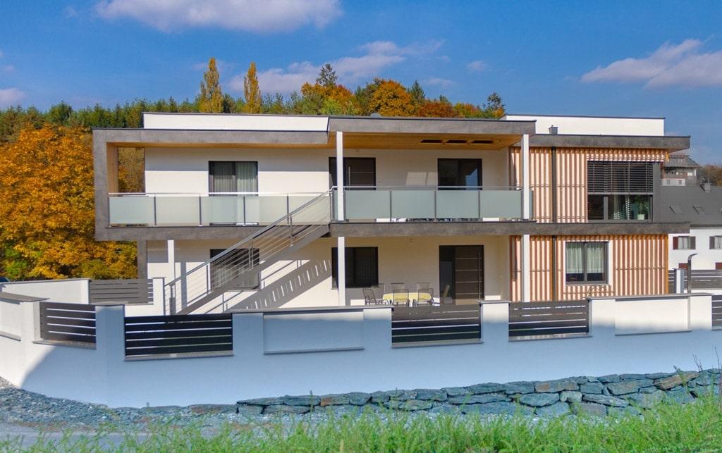 München 01 d | Edelstahl-Balkon bei modernem Flachdachhaus, Niro-Seile waagrecht, Mattglas | Svoboda