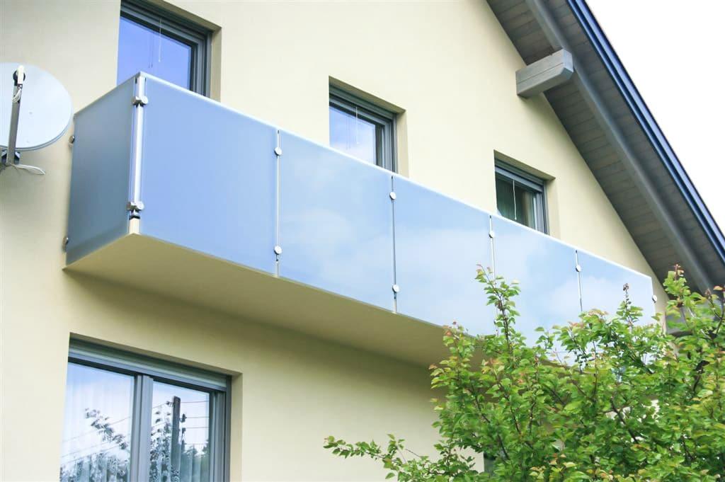 Münster 01 | Modernes Glasgeländer mit versteckten Stehern dahinter mit Sichtschutz-Glas | Svoboda