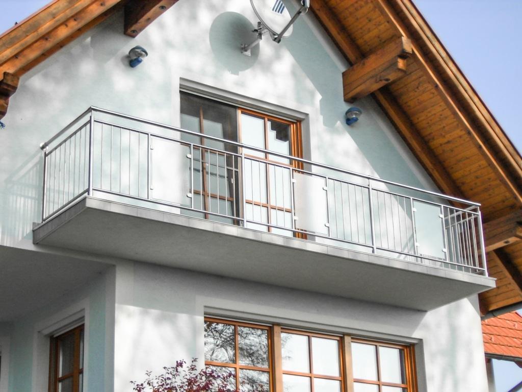 Nürnberg 04 | Edelstahl-Glas Absturzsicherung bei Balkon, Senkrechte Stäbe und Milchglas | Svoboda