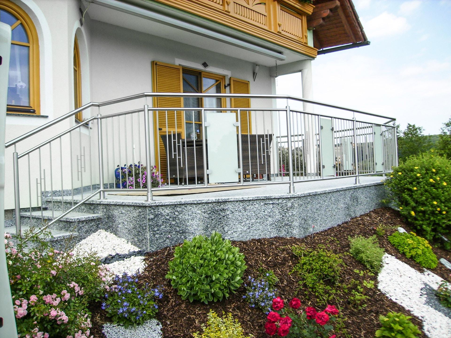Nürnberg 06 a | Geländer bei Terrasse aus Nirosprossen mit Mattglas-Scheibe in Feldmitte | Svoboda