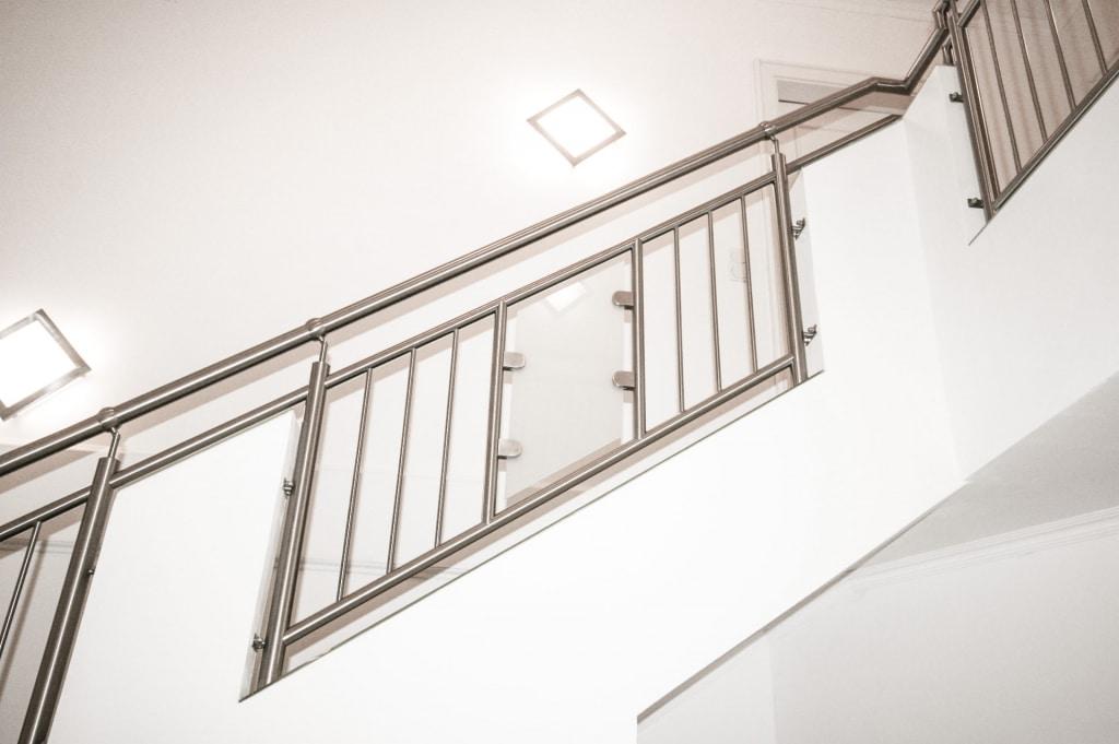 Palermo 02 b | Edelstahl-Innengeländer bei Mauerstehern, Stäbe vertikal, mattes Glas Mitte | Svoboda