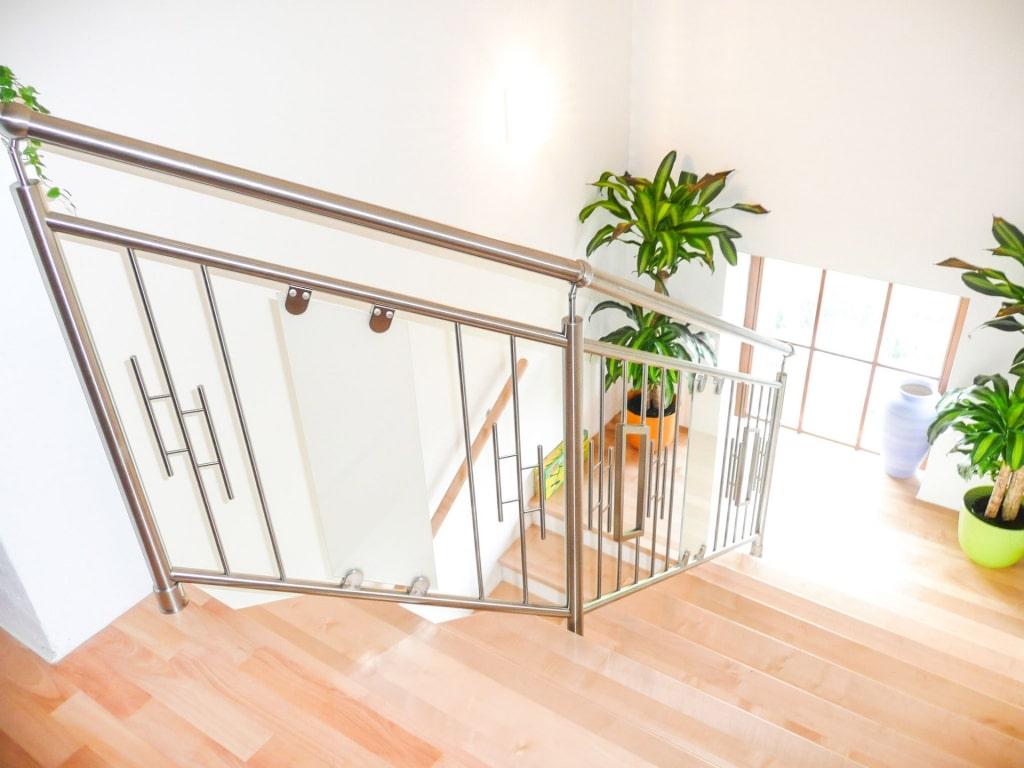 Palermo 03 | Edelstahl-Geländer, vertikale Sprossen mit Florenz-Dekor, matte Glasscheibe | Svoboda