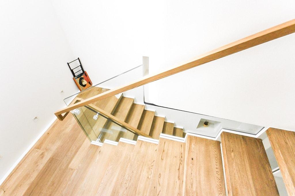 Pisa 02 c | Modernes Ganzglas-Stiegengeländer bei Innentreppe aus Holz, Holzhandlauf eckig | Svoboda
