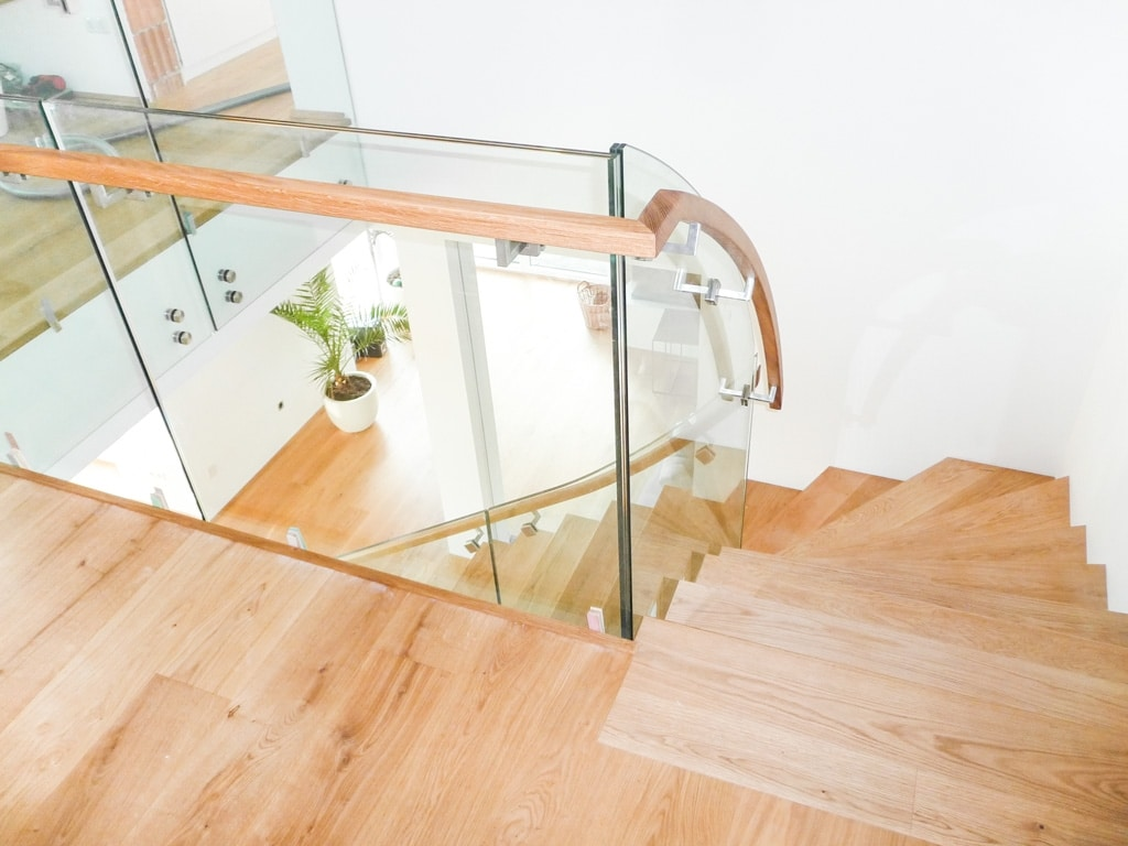 Pisa 04 b   Glas Treppengeländer modern, Holzhandlauf eckig seitlich auf Scheibe montiert   Svoboda