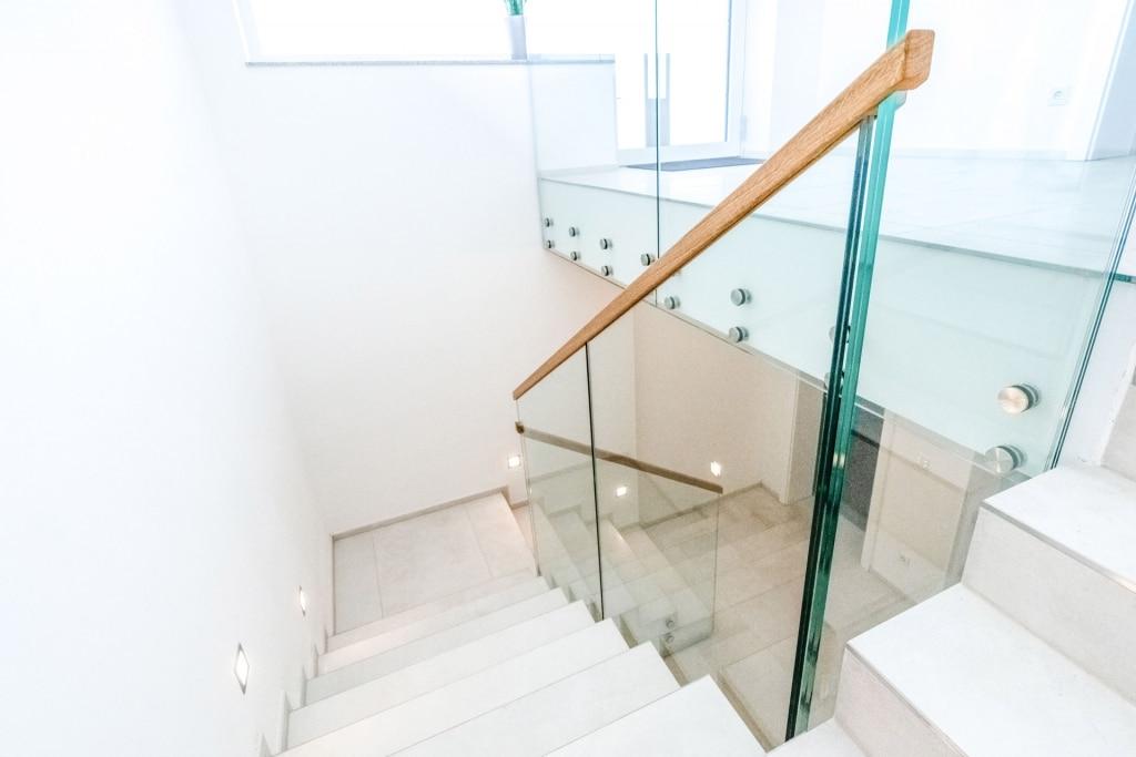 Pisa 07 a | Modernes Geländer aus Glas für den Innenraum bei Treppe, Handlauf aus Holz | Svoboda