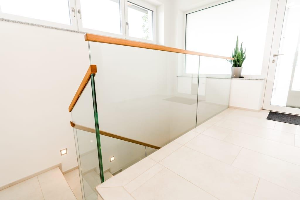 Pisa 07 d | Innengeländer aus Glas bei Galerie mit Holzabdeckung bei Glaskante, klarglas | Svoboda