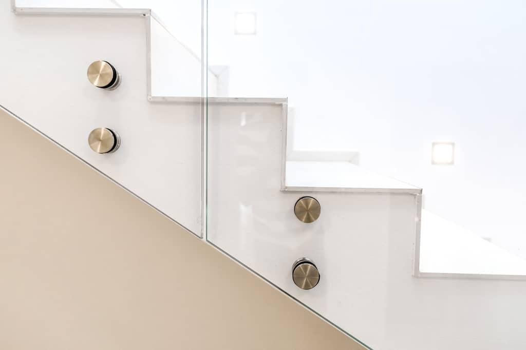 Pisa 07 e | Detailbild Niro-Punkthalter bei Glasgeländer stirnseitig montiert bei Treppe | Svoboda