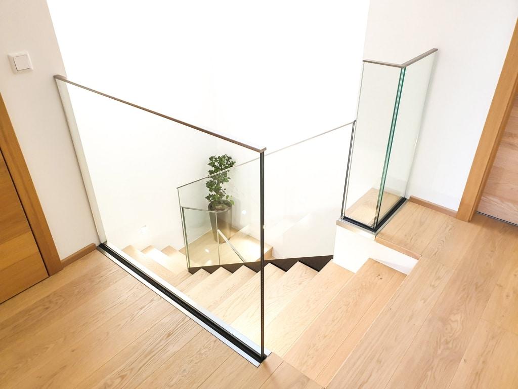 Pisa 09 a | Modernes Nurglas-Innengeländer bei Stiegenaufgang bei Holztreppe | Svoboda Metalltechnik
