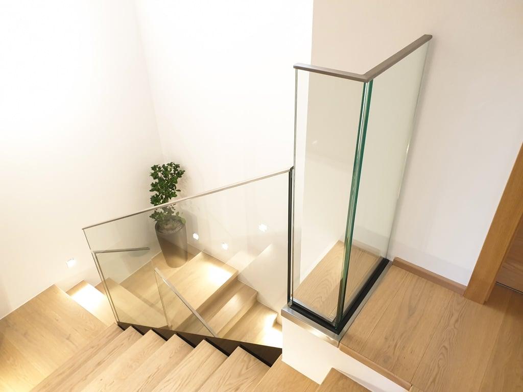 Pisa 09 d | Glasgeländer bei Stiegenabgang aus Klarglas mit Edelstahlkantenabdeckung | Svoboda