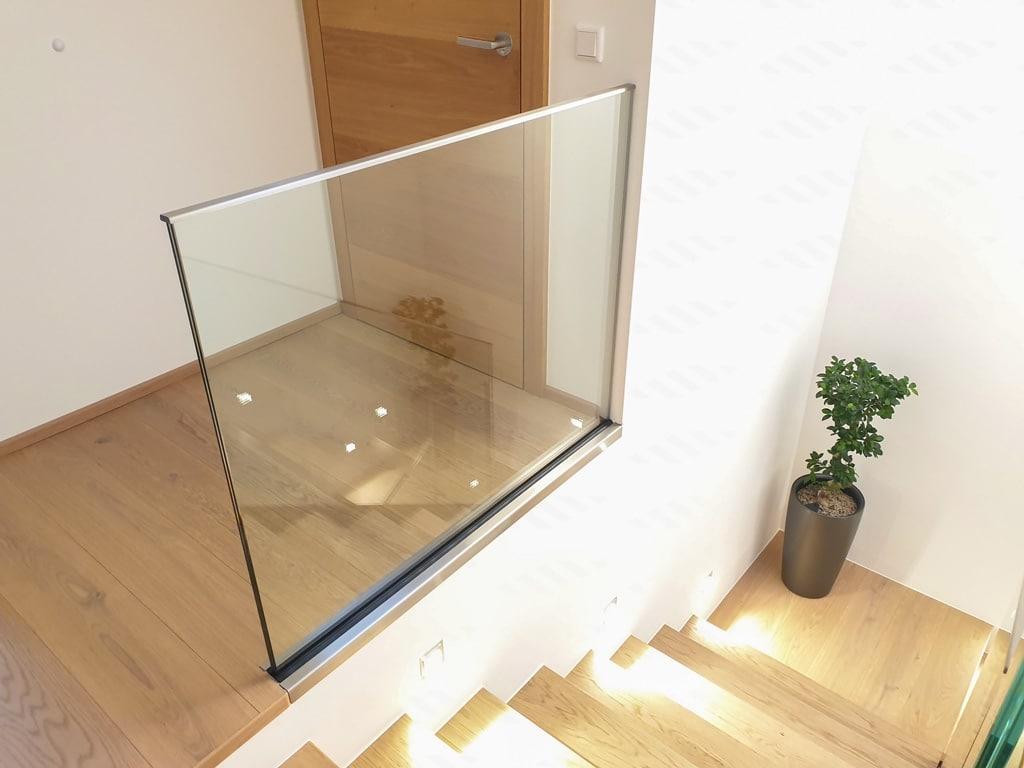 Pisa 09 e | Ganzglas Innengeländer Klarglas, Alubodenprofil in Boden versenkt | Svoboda