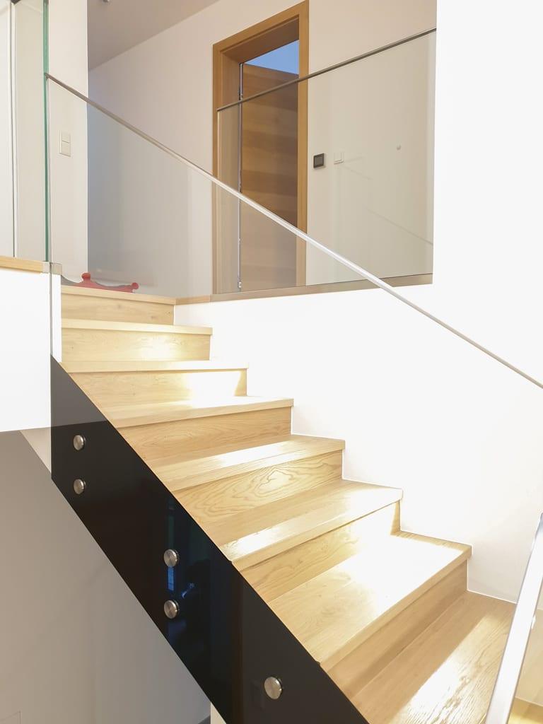 Pisa 09 f | Geländer im Haus bei Stiege, Ganzglasinnengeländer, Emailstreifen, stirnseitig | Svoboda