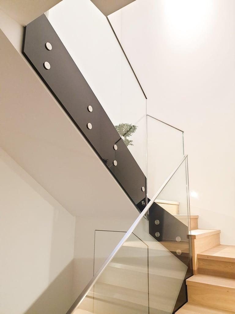 Pisa 09 h | modernes Treppengeländer aus Glas, stirnseitig mit Edelstahlpunkthaltern | Svoboda