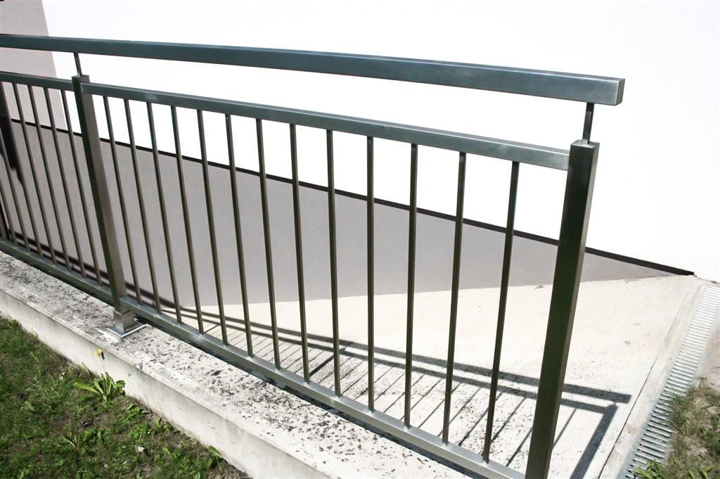 Potsdam 01 b | Moderndes Nirosta-Geländer mit senkrechten Stäben aus eckigen Formrohren | Svoboda