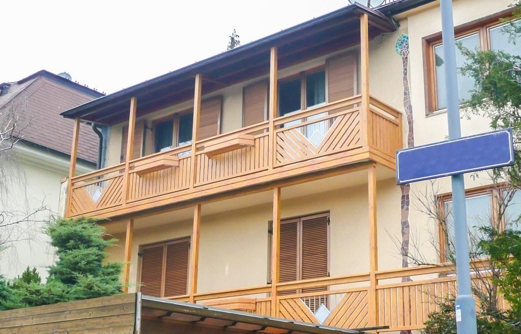 Saalfelden 05 H a | Alu-Latten-Balkon braun diagonal & vertikal, Edelstahl-Stein-Dekor | Svoboda