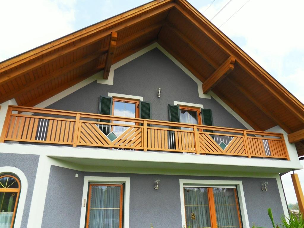 Saalfelden 07 h | Aluminiumbalkon hellbraun Holz Struktur, Edelstahldekor mit grüner Raute | Svoboda