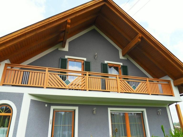 Saalfelden 07 h   Aluminiumbalkon hellbraun Holz Struktur, Edelstahldekor mit grüner Raute   Svoboda