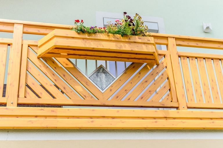 Saalfelden 10 H e   Aluminium-Geländer Kiefer-Holz-Beschichtung hellbraun mit Astlöchern   Svoboda