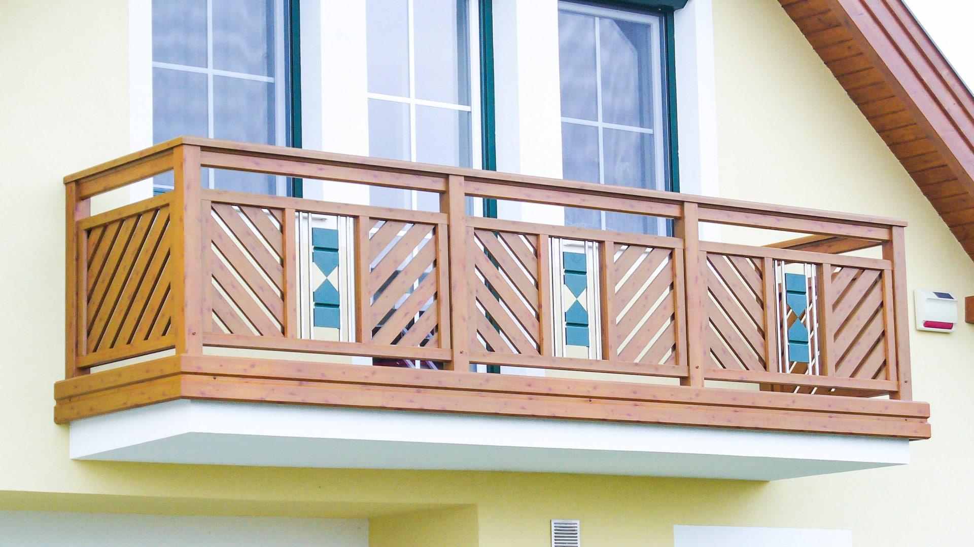 Sankt Pölten 02 H b | Alu-Balkon Latten diagonal, Holz-Beschichtung, Alu-Niro-Sanduhrdekor | Svoboda